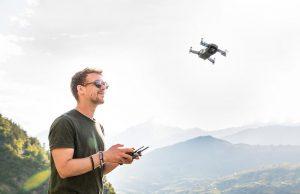 piloto de drones volando drone